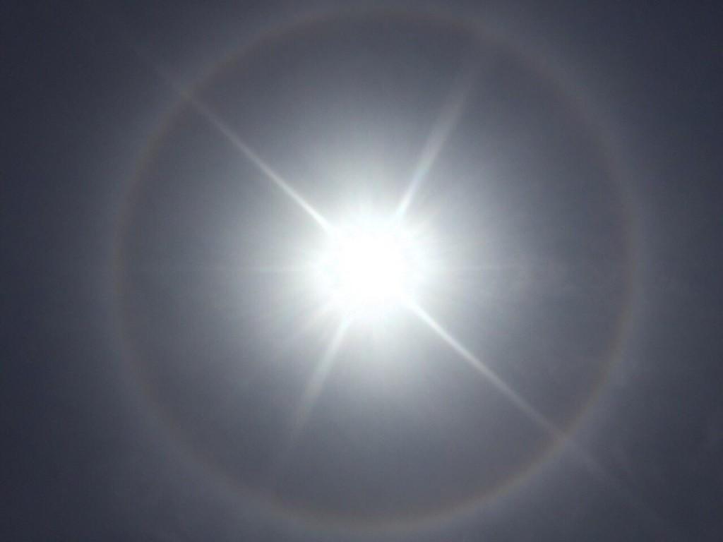 月明洞上空に現れた虹